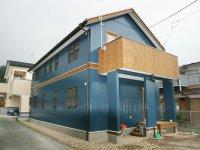 ブルーの外観の家
